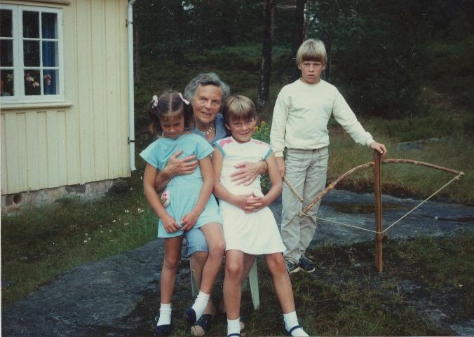 Karianne og jeg på fanget til tante Elly. Thomas ved siden av.
